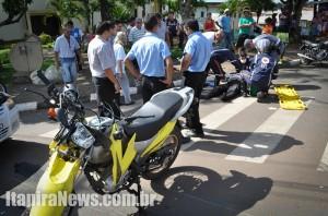Motociclista colidiu contra caminhão e sofreu ferimentos