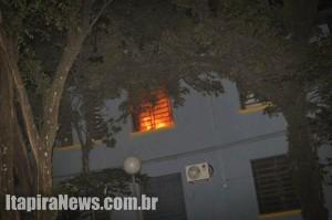 Imagem mostra chamas em uma das salas de aula