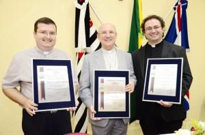 Padres Erique e Carlos, com Dom Pedro ao centro, foram homenageados na Câmara (Divulgação)