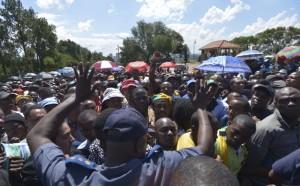 Tumulto e longas filas marcaram último dia de funeral do ex-presidente da África do Sul, Nelson Mandela (Marcello Casal Jr/Agência Brasil)
