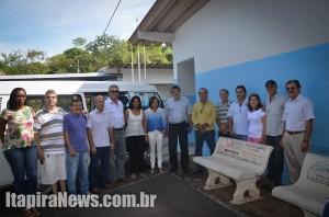 Prefeito fez entrega de veículo pessoalmente à Apae, sendo recebido por diretores da instituição