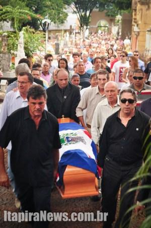 Corpo de Bellini chegou ao Cemitério por volta das 12h00, sendo sepultado às 12h20