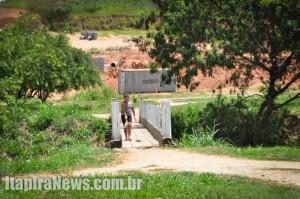 Criança se arrisca e desvia de buraco na ponte