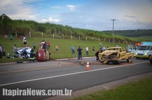 Os dois veículos ficaram completamente destruídos