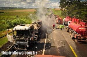 Caminhão pegou fogo após violento impacto