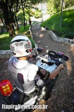 Policiais desceram escadarias com motocicletas