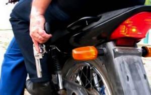 Assaltantes utilizam motos para assaltar motociclistas (Ilustração)