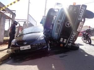 Caminhão tombou sobre dois carros; ninguém se feriu (Alair Jr/Portal Mogi Guaçu)