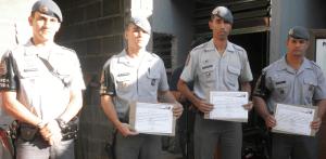 Tenente Tuckumantel com os PMs homenageados:  reconhecimento (Divulgação)