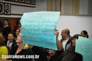 """Professores marcaram presença na sessão para demonstrar """"indignação"""""""