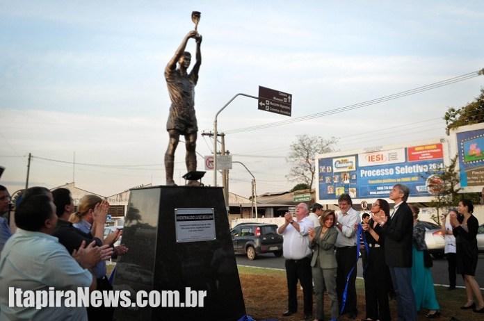 Homenagem foi instalada na entrada principal da cidade