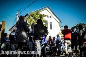 Servidores se reúnem em frente à Prefeitura