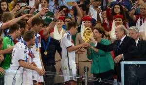 Dilma e Blatter entregam taça à equipe alemã (Marcello Casal Jr/Agência Brasil)