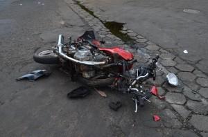 Moto quase se partiu ao meio com a força do impacto (Jefferson Rodrigo/Portal Mogi Guaçu)