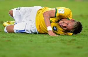 Neymar tomou uma joelhada do colombiano Zúñiga e fraturou a vértebra(Lars Baron-Fifa)
