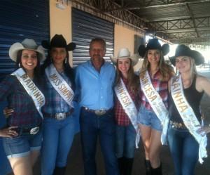 Vencedoras do ano passado junto a um dos organizadores da festa, Izaltino Martins (Divulgação)