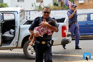 Guarda Civil carrega uma das crianças abandonadas (Divulgação)