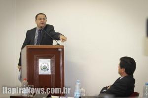 Lopes, na tribuna, acusa administração por omissão (Leo Santos)