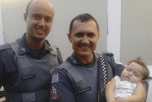 Policiais celebraram o sucesso da ocorrência com a criança (Divulgação)