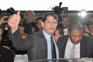 Cid Gomes deixa a Câmara dos Deputados depois de prestar depoimento no plenário. (Fábio Rodrigues Pozzebom/Agência Brasil)
