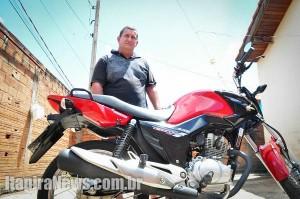 Orcini com a moto que, segundo ele, ficou com manchas do veneno