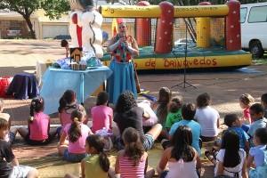 Juliana Avancini, da Cia Paulino Santiago, conta história em edição do projeto (Divulgação)
