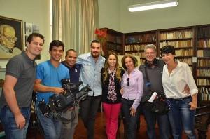 Apresentadores Aline e Pedro junto com a equipe durante visita a Itapira Divulgação)