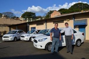 Paganini e Ribeiro receberam veículos que servirão de viaturas à GCM (Divulgação)