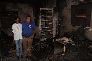 Benedito e Ângela em meio ao que sobrou da casa, apoio é fundamental (Leo Santos/Tribuna de Itapira)