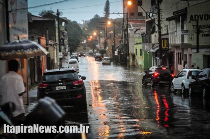 Rua Manoel Pereira também encheu