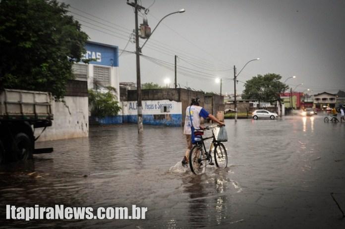 Ciclista enfrentou a água no Jardim Ivete
