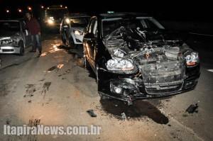 Jetta e Gol, ao fundo, se envolveram no acidente