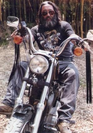 O saudoso e lendário Vitavena, com sua Harley-Davidson 883, a primeira da marca em Itapira, no início dos anos 1990 (Divulgação/Acervo familiar)
