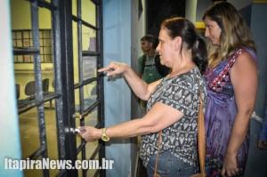 Diretora Célia abre porta da escola após desocupação
