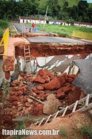 Ponte sofreu danos com forte enxurrada (Leo Santos)