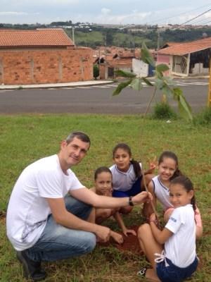 Martelli coordenou atividades junto a crianças no Luppi (Divulgação)