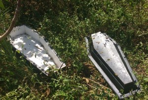 Caixões foram jogados em terreno atrás de cemitério (Divulgação)
