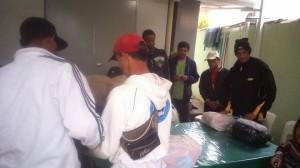 Pessoas cadastradas no CREAS receberam kits de inverno (Divulgação)