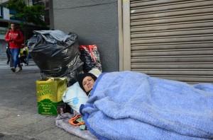 Maria Ivani dos Santos Lima dorme nas ruas do centro de São Paulo enfrentando temperaturas próximas a 0°, Praça Ramos, região central (Rovena Rosa/Agência Brasil)