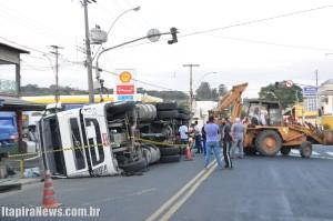 Caminhão somente foi removido por volta das 19h20, via foi liberada momentos depois