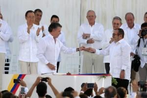 Com todos os convidados vestidos de branco, presidente da Colômbia e líder das Farc assinam acordo de paz (Agência Lusa/EPA/Ricardo Maldonado/Direitos Reservados)