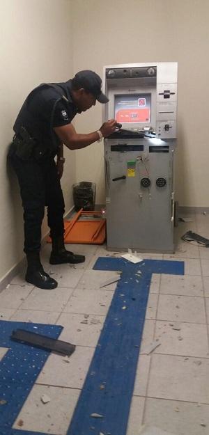 GCM analisa estragos em equipamento bancário que foi alvo dos bandidos (Divulgação)
