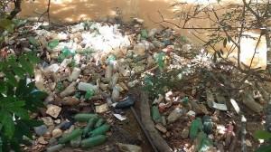 Imagem mostra lixo às margens de rio em Itapira (Divulgação)
