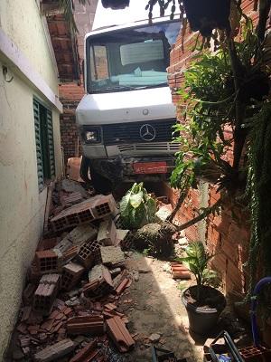 Veículo derrubou parte do muro de casa na Vila Ilze (Divulgação)