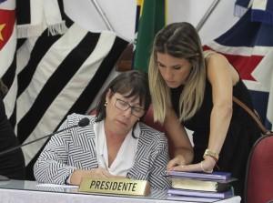 Beth, assessorada por Maíra Recchia, durante primeira sessão da Câmara (Arquivo)