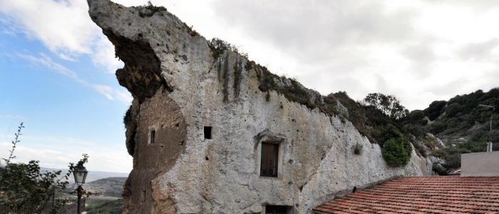 Casa delle fate a Sedini: la rocca scavata nella montagna tra storia e leggenda