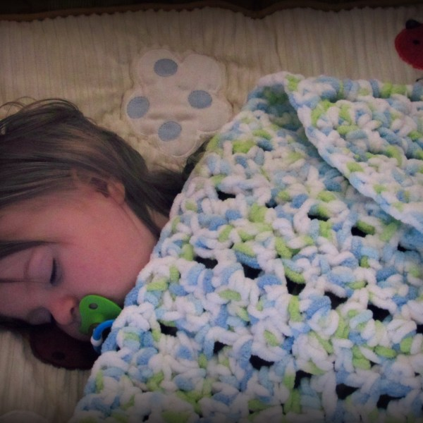 Baby Sleeping with Crochet Seed Stitch Baby Blanket by www.itchinforsomestitchin.com