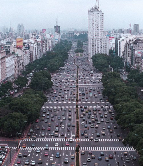 Before the project, 9 de Julio was one of the widest avenues in the world, with up to 20 lanes of traffic.