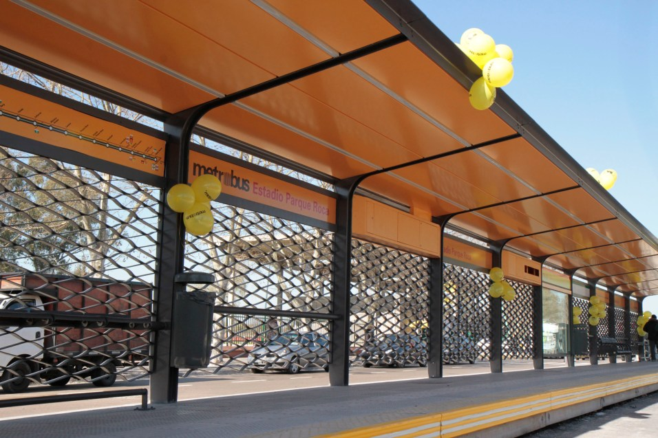 Buenos Aires continues to roll out new BRT stations in its Metrobus system (Ciudad de Buenos Aires, Wikimedia Commons) Foto Mariana Sapriza-gv/GCBA.-