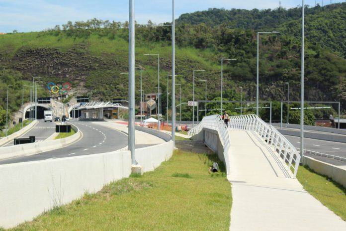 To access Boiúna station it is necessary to walk approximately 300m in an open path on the elevated expressway.